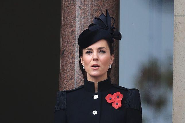 Księżna Kate zgodnie z protokołem ubrała się na czarno i miała sztuczne maki