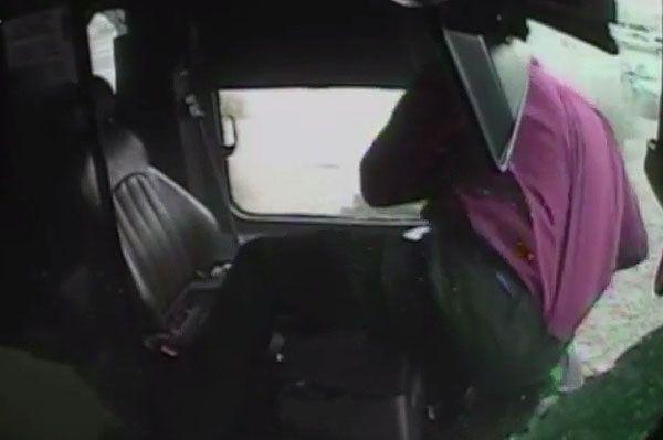 Kierowca autobusu wypadł przez przednią szybę - film