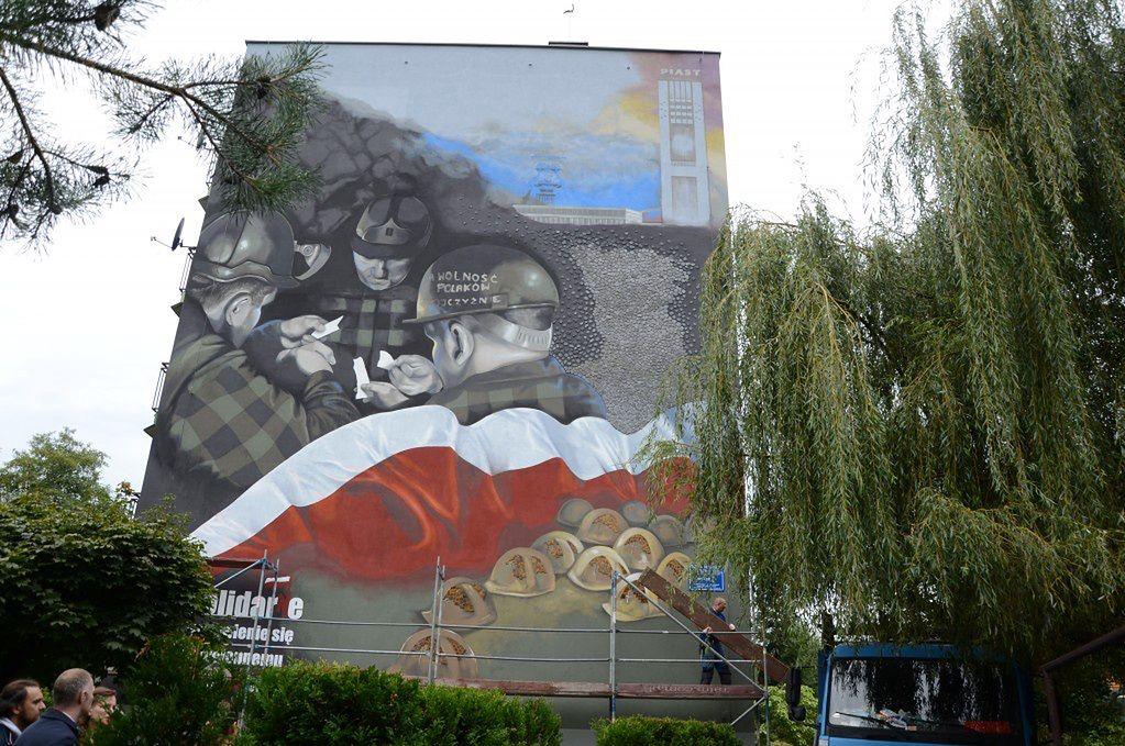 """Bieruń. Na ścianie bloku powstał mural upamiętniający 40 rocznicę strajku w kopalni """"piast""""."""