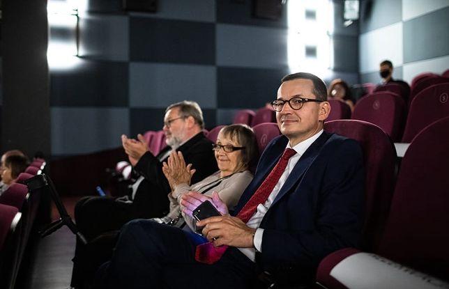 Koronawirus w Polsce. Mateusz Morawiecki krytykowany za brak maseczki