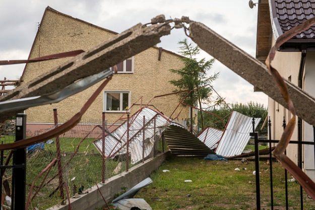 Zniszczenia po przejściu nawałnicy i trąby powietrznej we wsi Zawały