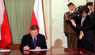 Były prezydent Aleksander Kwaśniewski ratyfikuje traktat NATO