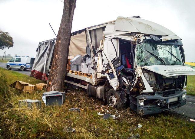 Białoruski kierowca pijany w sztok. Dwa razy uderzył w drzewo i zgubił ładunek