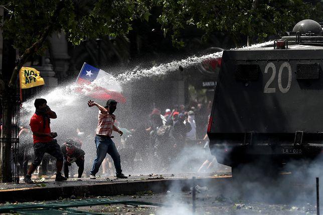 Do tłumienia protestów władze w Chile wykorzystują wojsko