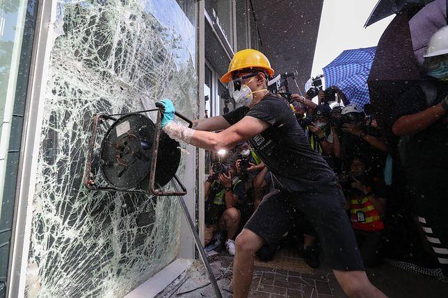 Zamieszki w Hongkongu. Demonstranci szturmują parlament