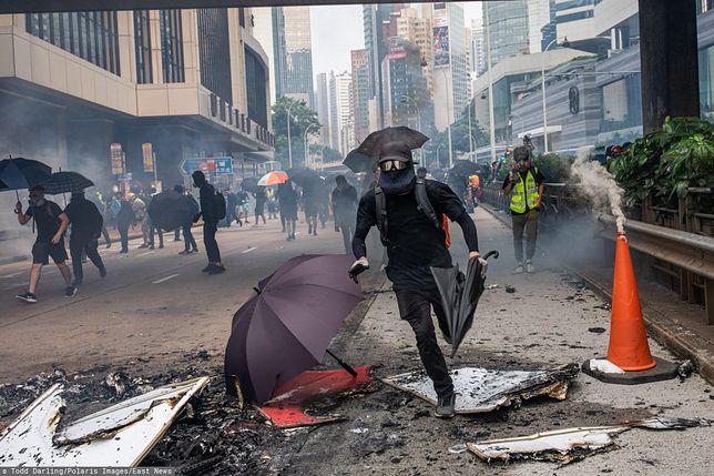 Protesty w Hongkongu. Demonstranci wrzucili do stacji metra koktajle Mołotowa