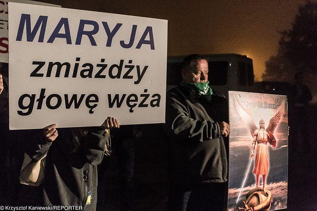 """""""Klątwa"""" jedzie do Słupska. Wierzący zapowiadają protest czterech tysięcy osób z różańcami"""