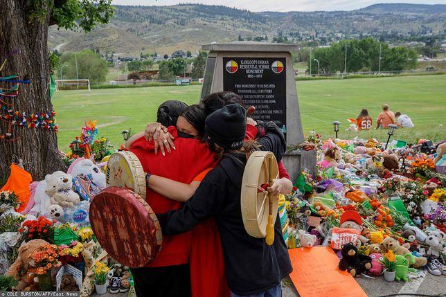 Pomnik na terenie jednej z byłych szkół dla Indian w Kanadzie