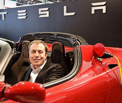 Elon Musk w Tesli Roadster, 2009 r.