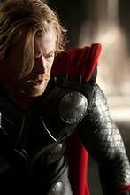 Chris Hemsworth Thorem w klapkach