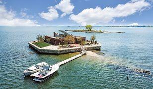 Columbia Island ulokowana jest 2 km od stałego lądu i 14 km od Manhattanu
