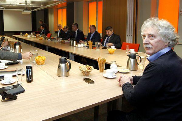 Mediator Longin Komołowski podczas rozmów strajkujących związków z zarządem JSW