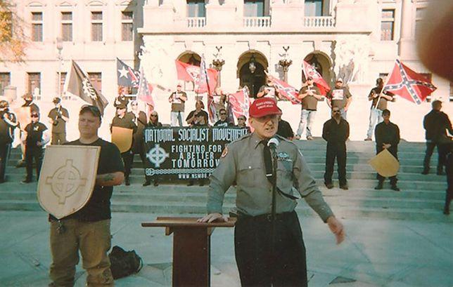 Arthur Jones przemawiający podczas nazistowskiego wiecu w Pensylwanii