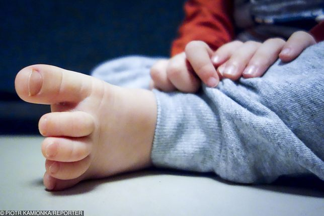 Dziecko zakrztusiło się papierkiem od cukierka