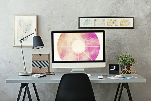 Lampkę biurkową można dopasować do stylu wnętrza