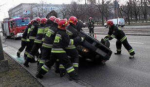 Warszawa. We wtorek rano samochód osobowy dachował na S8 [zdj. archiwalne]