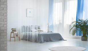 Białe firany świetnie rozświetlają pokój