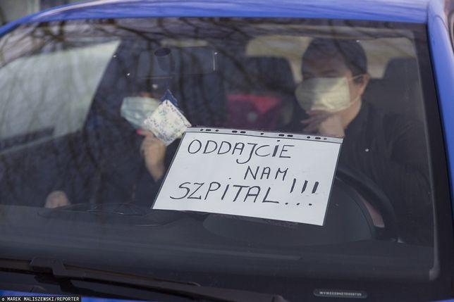 Koronawirus w Polsce. Przed szpitalem w Łomży zorganizowano mobilny protest
