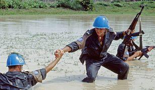 Polscy weterani pomagają zbudować szkołę w Kambodży. Są tam bohaterami