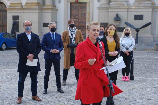 """""""Zabawa w chowanego"""" braci Sekielskich. Lewica organizuje protesty pod siedzibą Episkopatu i kościołami w całej Polsce"""