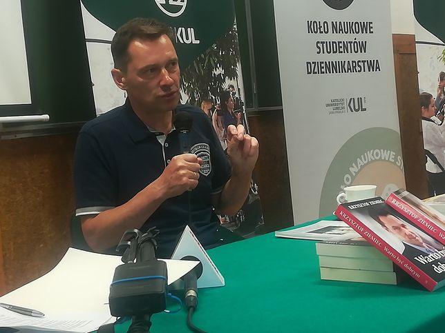Krzysztof Ziemiec tłumaczy studentom: Nad sobą mam szefa redakcji i prezesa. To oni narzucają ten sposób narracji