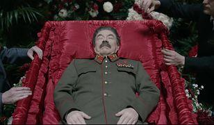 """""""Śmierć Stalina"""": pokot przed odwilżą. Widzieliśmy zakazaną w Rosji komedię o śmierci dyktatora"""