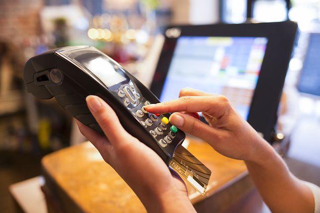 Większość Polaków woli płacić bezgotówkowo. Najwygodniejszy smartfon i karta