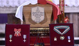 Odznaczenia Aliny Janowskiej wystawione podczas pogrzebu artystki