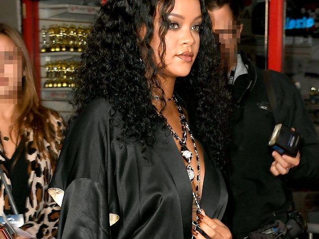 Rihanna podtrzymywała sukienkę dłonią