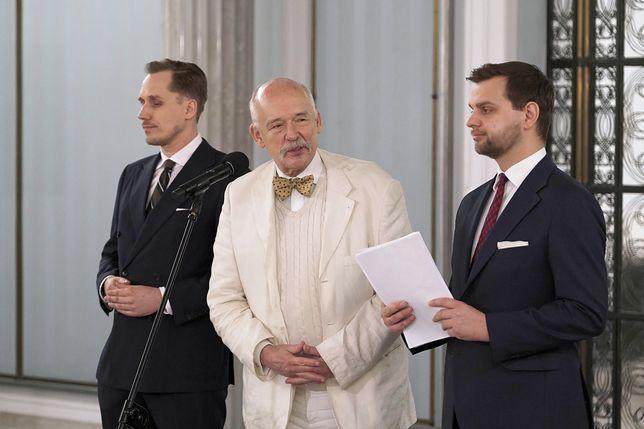 Janusz Korwin-Mikke (w środku) podczas konferencji prasowej. Obok Konrad Berkowicz (L) i Jakub Kulesza (P)