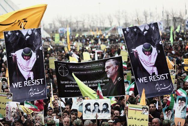 Demonstracja w Teheranie z okazji 36. rocznicy islamskiej rewolucji. Na plakacie zdjęcie gen. Sulejmaniego, dowódcy sił specjalnych Strażników Rewolucji
