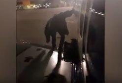Polak wyszedł na skrzydło samolotu Ryanair. Nie chciał czekać