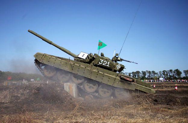 """""""Gra w karuzelę"""" - sprytna taktyka wojsk pancernych Rosji tchnęła nowe życie w czołgi T-72"""