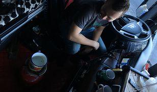 Piotrek grzeje wodę na kawę w kabinie swojego TIR-a.