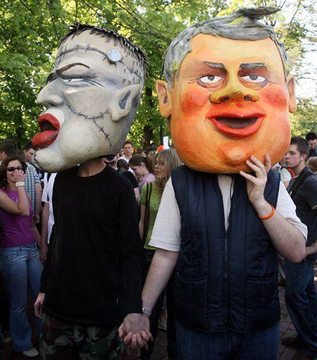 Uczestnicy Parady Równości, która przeszła 19 bm. ulicami Warszawy, założyli maski przedstawiające wicepremiera Romana Giertycha i jednego z braci Kaczyńskich