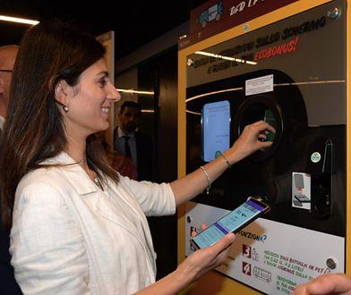 Butelki do automatu wrzucała sama Virginia Raggi, Burmistrz Rzymu.