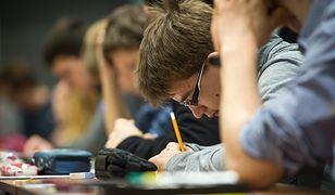 Ministerstwo swoje, wydawnictwa swoje. Testowe podręczniki trafiły do nauczycieli przed zakończeniem konsultacji społecznych