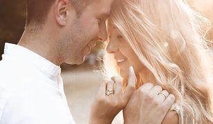 Ponadczasowe pierścionki zaręczynowe. Modele, które zachwycą każdą kobietę