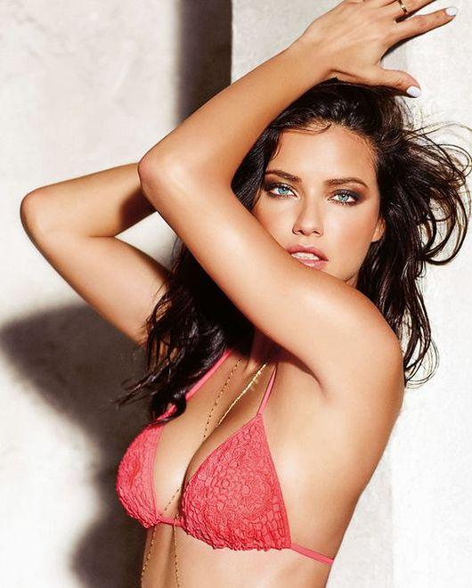 Piękna Brazylijka po raz kolejny w kostiumach kąpielowych