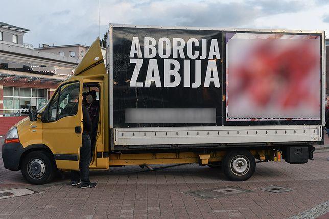 Ciężarówki tego typu pozostawione są pod wieloma szpitalami