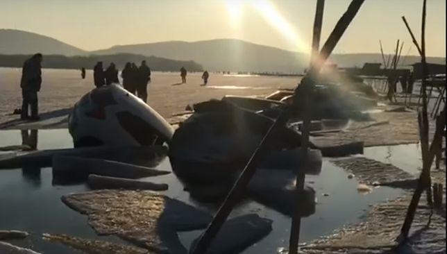 Rosja. Załamał się lód. Około 30 samochodów pod wodą
