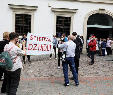 Protest przed koncertem Jana Pietrzaka
