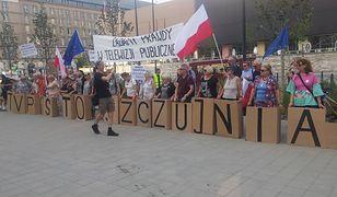 """""""Nalot na TVPiS"""" Wściekli widzowie protestowali przed siedzibą TVP Info"""