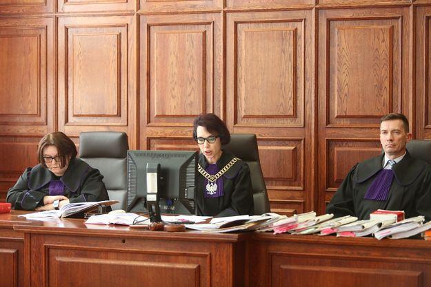 Sędziowie: przewodnicząca składu Izabela Ledzion (C) oraz Alina Sobczak-Barańska (L) i Krzysztof Ptasiewicz (P) podczas ogłoszenia wyroku ws. Artura Ł.