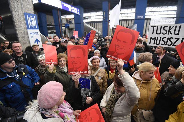 Tłum zwolenników czekał na Donalda Tuska na Dworcu Centralnym
