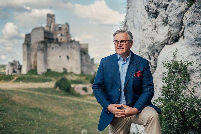 Senator Jarosław W. Lasecki na tle zamku Mirów