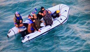 Nielegalni migranci próbują forsować Kanał La Manche. Ryzykują życiem