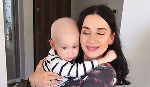 Mały chłopiec jest chory na neuroblastomę IV stopnia