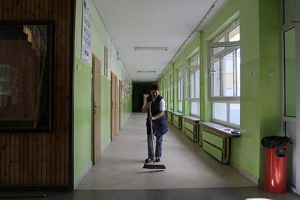 """Polacy są """"fizycznie niewychowani"""". WF na korytarzach szkół"""
