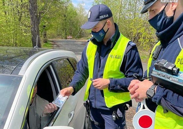 Śląskie. Kierowcy, który w Katowicach wręczył policjantom łapówkę, grozi nawet do 8 lat więzienia.